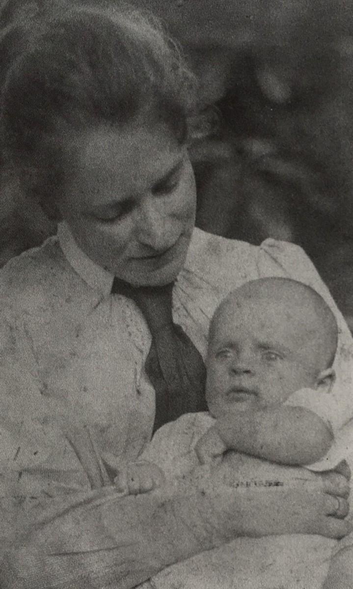 Lucie met haar jongste zoontje Martin (1901)