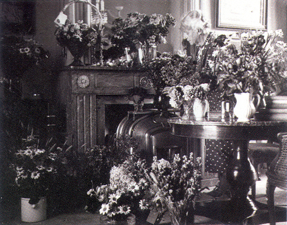 Lucie van Dam van Isselt tussen de bloemen