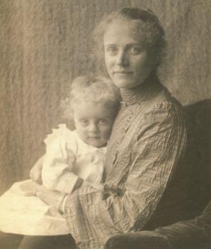 Lucie met haar jongste zoontje Martin (1902)