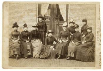 Portret van een groep vrouwen waaronder Lucie (1888)