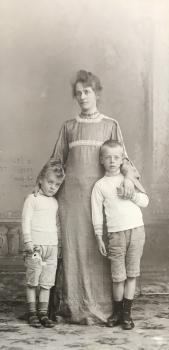 Lucie met haar beide zoontjes (ca. 1905)