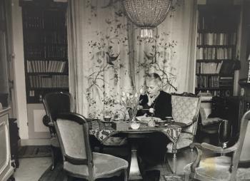 Lucie in haar Haagse woonkamer (ca. 1940)