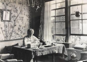 Lucie in haar Veerse woonkamer (ca. 1930)