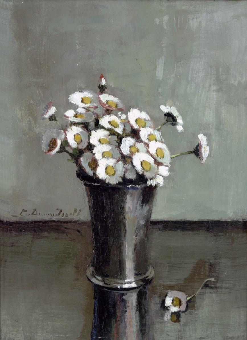 Madeliefjes in een zilveren beker door Lucie van Dam van Isselt