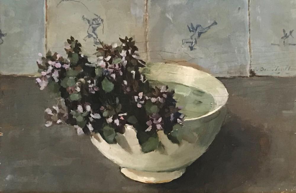 Blauwe bloemen in wit kommetje door Lucie van Dam van Isselt