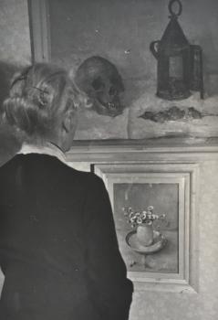 lucie van Dam van Isselt voor het schilderij met vaasje madeliefjes