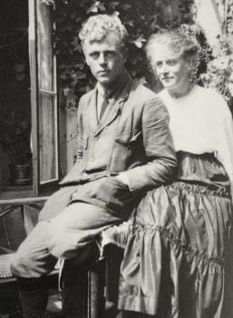Lucie van Dam van Isselt (ca. 1920) met haar oudste zoon Evert